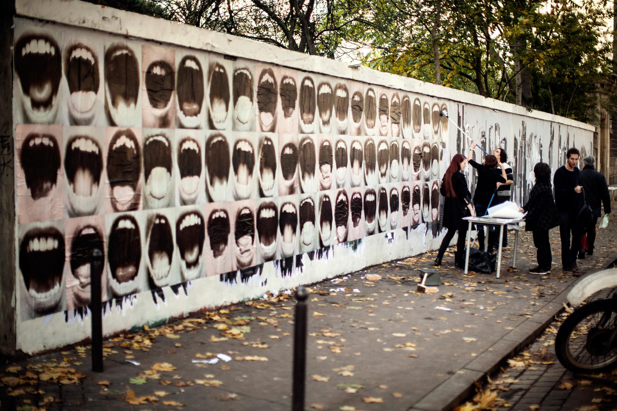 Collages de Mme Sacco devant la Fondation Cartier pour l'art Contemporain