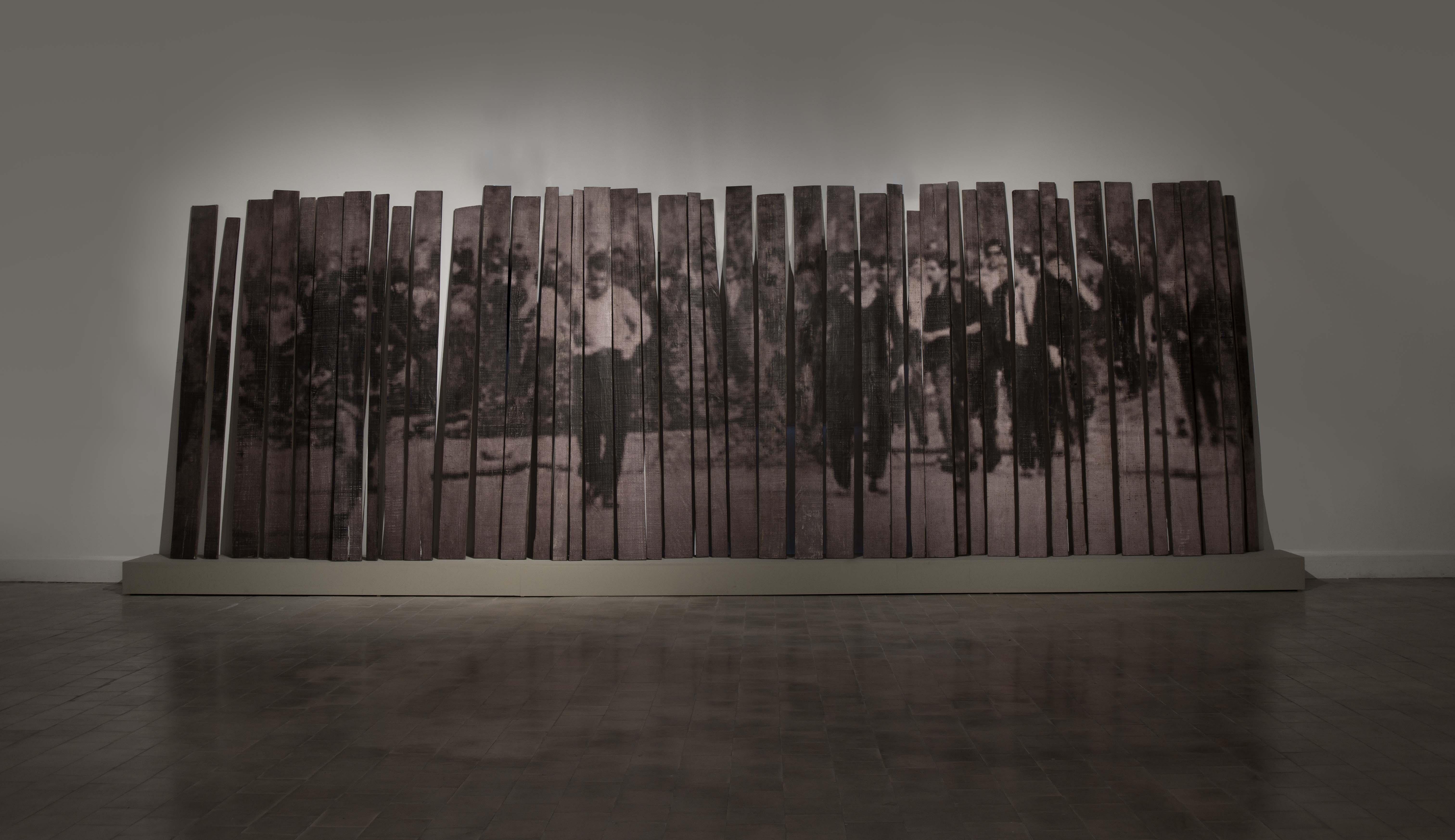 Graciela Sacco, Cuerpo a cuerpo, matorrales, 1996, instalación, incrustación fotográfica sobre fragmentos de madera, 300 x 600 cm., pieza única